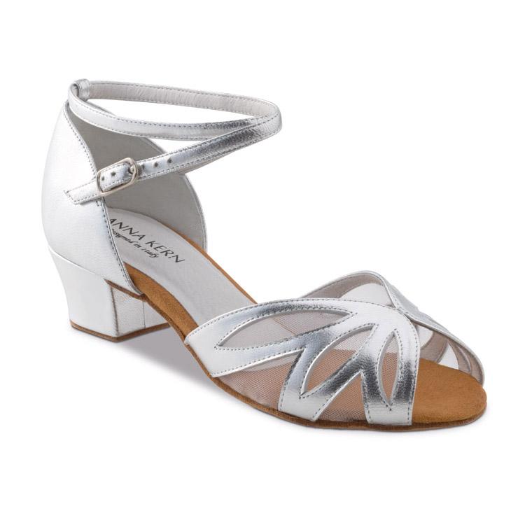 Chaussure de danse pour femme Anna Kern 581-35 est en cuir de couleur doré, très souple et confortable, filet transparent pour un bon maintien des orteils, petite ouverture pour les orteils, talon 3.5 cm. Idéal pour danse de salon et le west coast. Danceworld à Bruxelles