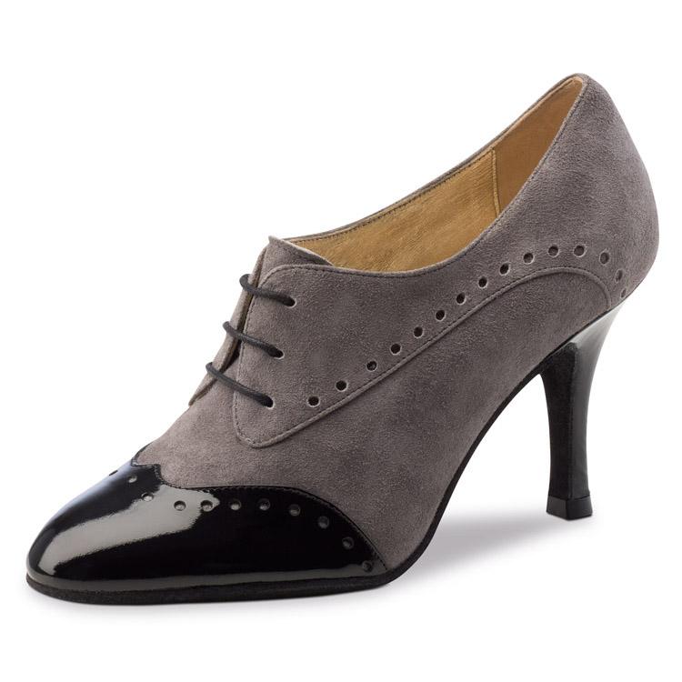 Chaussure de danse pour femme Nueva Epoca Noelia 8 est en daim et vernis sur le bout avant de la chaussure et le talon ,très confortable et très souple, laçage 3 trous pour un bon maintien du pied, talon 8 cm. Idéal pour danse de salon. Danceworld à Bruxelles